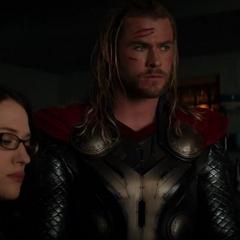 Thor organiza un plan con Foster y compañía.