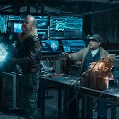 Toomes usa un arma para desintegrar a Brice.