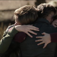 Barton abraza a sus hijos.