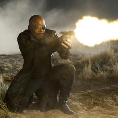 Fury le dispara al jeep de Loki y Barton.
