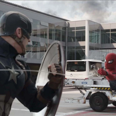 Rogers jala la red de Peter Parker para acercarse a golpearlo.