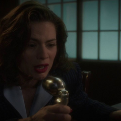 Carter trata de razonar con Stark para evitar su suicidio.