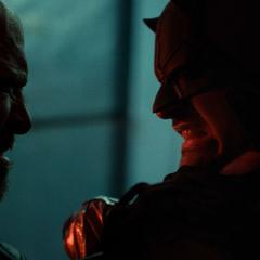 Daredevil es estrangulado por un motorista.