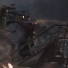 Gamora y Nebula luchan juntas.