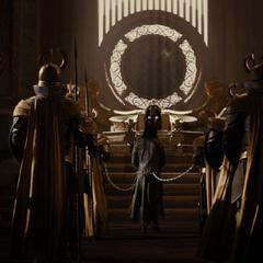 Loki es llevado ante Odín por sus crímenes.