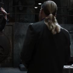 Stark es fastidiado por los guardias.