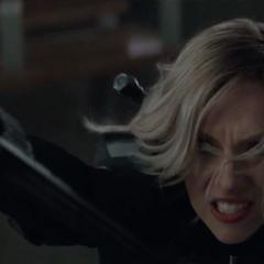 Romanoff utiliza la lanza de Midnight para enfrentarse a Glaive.
