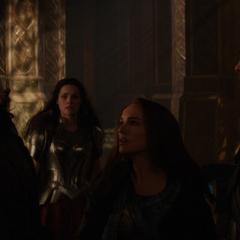Foster le da una cachetada a Loki.