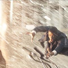 T'Chaka es alcanzado por la explosión mientras T'Challa intenta salvarlo.