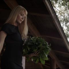 Potts y Morgan salen de su casa para el funeral.