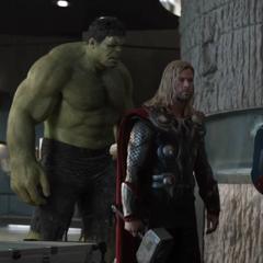 Hulk observa a Loki transformado en Rogers.