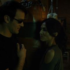 Murdock y Elektra entran al gimnasio de Fogwell.