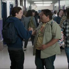 Parker y Leeds se reencuentran en la escuela.