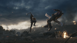 Rogers golpea a Thanos con el Mjolnir