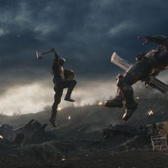 Thanos recibe un golpe del Mjolnir empuñado por Rogers.
