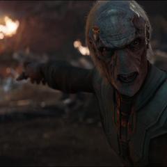Maw alerta a Thanos de que Barton lleva las Gemas del Infinito.