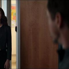 Romanoff encuentra a Stark fuera de la sala de operaciones.