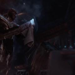 Thanos limpia su Espada de Doble Filo.