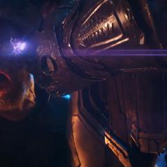 Thanos usa la Gema del Poder para torturar a Thor delante de Loki.
