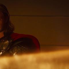 Thor delata a Loki y lo confronta en la habitación de Odín.