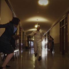 Carter a punto de derribar al guardia que escapa.