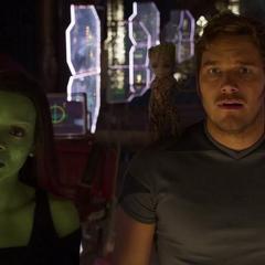 Quill y Gamora ven llegar a los otros clanes Devastadores al funeral.