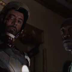 Rhodes y Stark planean cómo evitar el secuestro del Presidente Matthew Ellis.