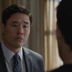 Woo conversa con Lang sobre su condena.