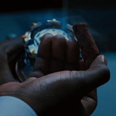 Rhodes extrae un núcleo de paladio del Reactor Arc de Stark.