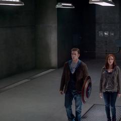 Romanoff y Rogers entran a una antigua base de S.H.I.E.L.D.