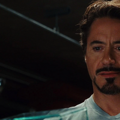 Stark sonríe por el detalle en el regalo de Potts.