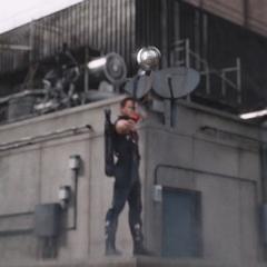 Barton le lanza una flecha a Loki.