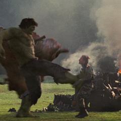 Blonsky recibe una fuerte patada de Hulk.