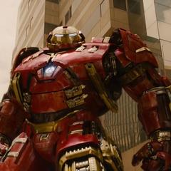 Stark usa la armadura Mark XLIV, el Hulkbuster.