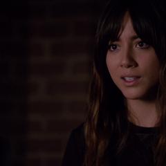 Skye le explica a Coulson sobre los Inhumanos.
