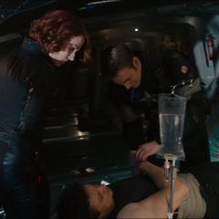 Romanoff al lado de un lesionado Barton.