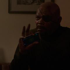 Fury le explica a Rogers la situación antes de ser acribillado.
