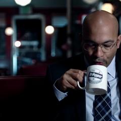 Sitwell espera a Coulson en una cafetería.