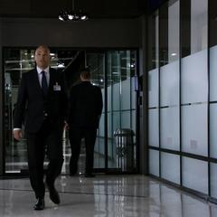 Sitwell recibe a Coulson y su equipo en el Hub.