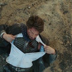 Stark está a punto de morir a causa de la metralla.