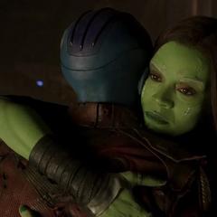 Gamora abraza a Nebula.