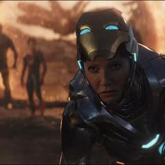 Potts llega a la batalla en su nueva armadura.