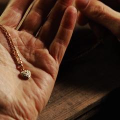 Banner prepara el collar de Elizabeth para regresárselo.