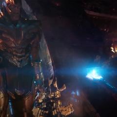 Thanos se detiene para recibir el Teseracto.