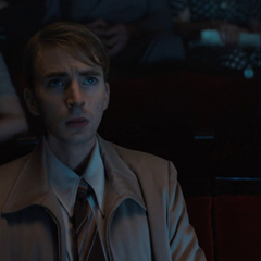 Rogers en el cine viendo algunos vídeos de la lucha contra los nazis.