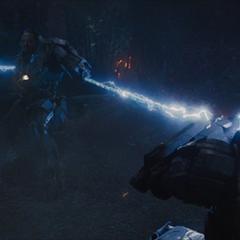 Stark y Rhodes son atrapados por los látigos de Vanko.