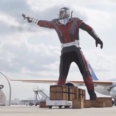 Lang atrapa a Rhodes como Giant-Man.