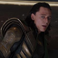 Loki descubre a los Vengaddores detrás suyo.