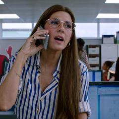 Maybelle llama a su sobrino por teléfono.