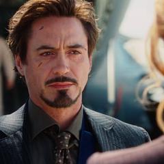Stark es recibido por Potts tras regresar a Estados Unidos.